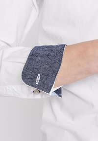 Selected Homme - SLHSLIMMARK-WASHED - Kostymskjorta - bright white - 7