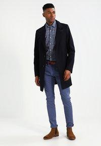 Selected Homme - SHHYARD - Pantalones chinos - vintage indigo - 1