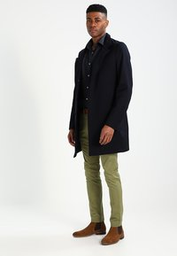 Selected Homme - SHHYARD - Chinot - olive branch - 1