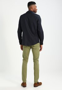 Selected Homme - SHHYARD - Chinot - olive branch - 2
