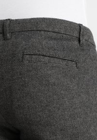 Selected Homme - SLIM ARVA HOUNDSTOOTH PANTS - Tygbyxor - grey - 5
