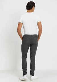 Selected Homme - SLIM ARVA HOUNDSTOOTH PANTS - Tygbyxor - grey - 2
