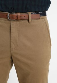 Selected Homme - SLHSLIM JAMERSON PANTS - Chinot - dark camel - 3
