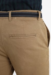Selected Homme - SLHSLIM JAMERSON PANTS - Chinot - dark camel - 5