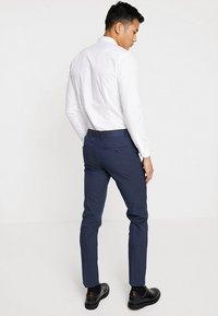 Selected Homme - SLHSLIM MATHNOHR TROUSER - Kalhoty - dark blue/blue - 2
