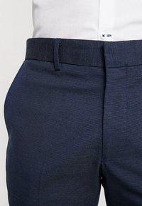 Selected Homme - SLHSLIM MATHNOHR TROUSER - Kalhoty - dark blue/blue - 5