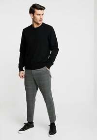 Selected Homme - SLHTAPERED CROP PANTS - Broek - grey - 1