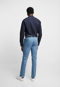 Selected Homme - SLHSLIM YARD PANTS - Pantalones chinos - captains blue - 2