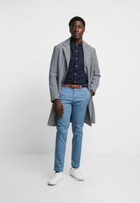 Selected Homme - SLHSLIM YARD PANTS - Pantalones chinos - captains blue - 1