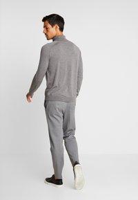 Selected Homme - SLHSLIMTAPERED NEWJERSEY CROP PANTS - Kalhoty - grey melange - 2