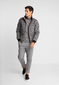 Selected Homme - SLHSLIMTAPERED NEWJERSEY CROP PANTS - Kalhoty - grey melange - 1