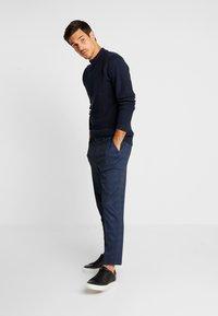 Selected Homme - SLHSLIMTAPERED NEWJERSEY CROP PANTS - Spodnie materiałowe - dark navy - 1