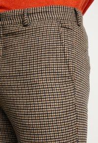 Selected Homme - SLHSLIMTAPERED FLEET PANTS - Kalhoty - brownie/navy - 3