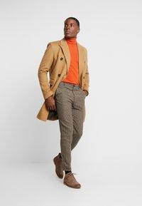 Selected Homme - SLHSLIMTAPERED FLEET PANTS - Kalhoty - brownie/navy - 1