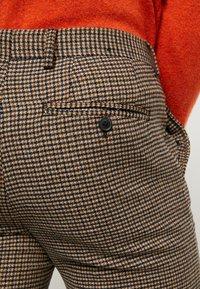Selected Homme - SLHSLIMTAPERED FLEET PANTS - Kalhoty - brownie/navy - 5