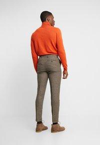Selected Homme - SLHSLIMTAPERED FLEET PANTS - Kalhoty - brownie/navy - 2