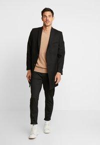 Selected Homme - SLHSPECIA ALEX MIX ZIP PANTS - Pantalones - black - 1