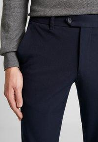Selected Homme - SLHSLIM-CARLO FLEX PANTS - Kalhoty - navy blazer - 6
