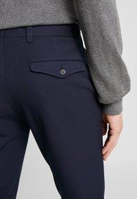 Selected Homme - SLHSLIM-CARLO FLEX PANTS - Kalhoty - navy blazer - 3