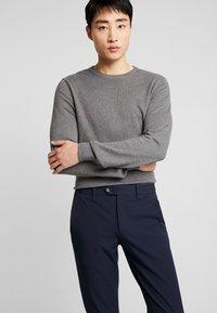 Selected Homme - SLHSLIM-CARLO FLEX PANTS - Kalhoty - navy blazer - 4