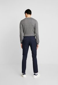 Selected Homme - SLHSLIM-CARLO FLEX PANTS - Kalhoty - navy blazer - 2