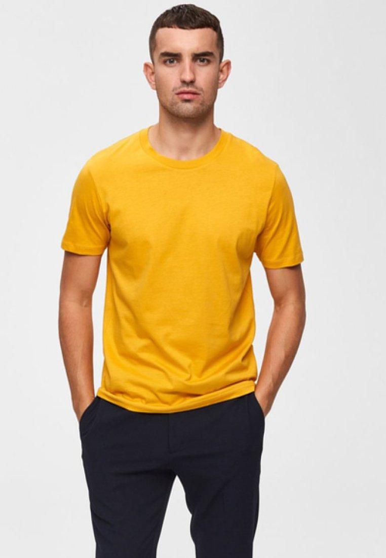 Selected Homme - SHDTHEPERFECT - Basic T-shirt - mottled dark yellow