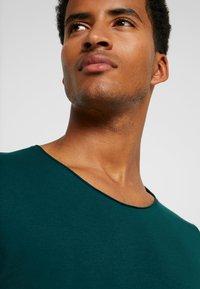 Selected Homme - SHNNEWMERCE O-NECK TEE - T-shirt basique - ponderosa pine - 4