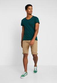 Selected Homme - SHNNEWMERCE O-NECK TEE - T-shirt basique - ponderosa pine - 1