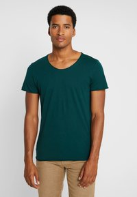 Selected Homme - SHNNEWMERCE O-NECK TEE - T-shirt basique - ponderosa pine - 0