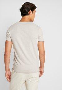 Selected Homme - SLHNEWMERCE O-NECK TEE - T-shirt basique - dove melange - 2