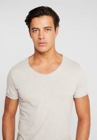 Selected Homme - SLHNEWMERCE O-NECK TEE - T-shirt basique - dove melange - 4