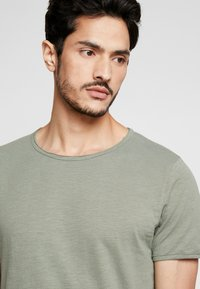 Selected Homme - SLHMORGAN NECK TEE - T-shirt basic - sea spray - 4