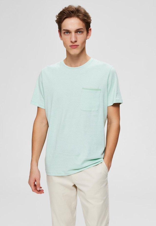T-SHIRT DEZENT GLÄNZENDES - Basic T-shirt - hemlock