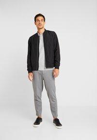 Selected Homme - SLHVIRGO NECK  - Polo shirt - light grey melange - 1