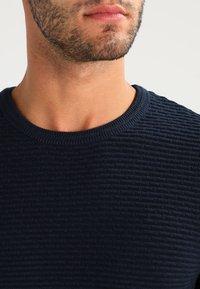 Selected Homme - SHHNEWDEAN CREW NECK - Stickad tröja - dark sapphire - 3