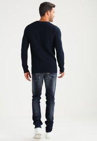 Selected Homme - SHHNEWDEAN CREW NECK - Stickad tröja - dark sapphire - 2