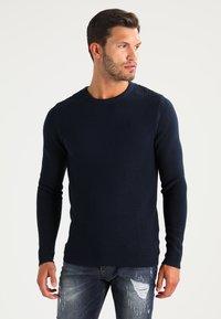 Selected Homme - SHHNEWDEAN CREW NECK - Stickad tröja - dark sapphire - 0