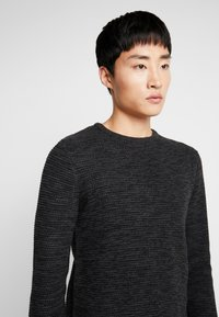 Selected Homme - SHXNEWVINCEBUBBLE CREW NECK - Stickad tröja - antracit/black