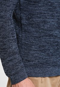 Selected Homme - SHXNEWVINCEBUBBLE CREW NECK - Neule - dark sapphire/twisted blue mirag - 4