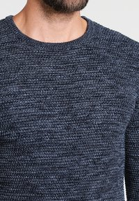 Selected Homme - SHXNEWVINCEBUBBLE CREW NECK - Neule - dark sapphire/twisted blue mirag - 3