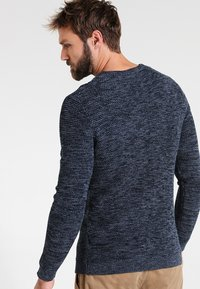 Selected Homme - SHXNEWVINCEBUBBLE CREW NECK - Neule - dark sapphire/twisted blue mirag - 2