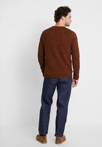 Selected Homme - SLHROCKY CREW NECK - Jumper - caramel café/black