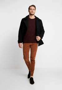 Selected Homme - SLHROCKY CREW NECK - Jumper - tawny port/black - 1