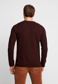 Selected Homme - SLHROCKY CREW NECK - Jumper - tawny port/black - 2