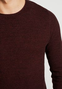Selected Homme - SLHROCKY CREW NECK - Jumper - tawny port/black - 5