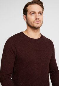 Selected Homme - SLHROCKY CREW NECK - Jumper - tawny port/black - 3