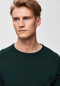 Selected Homme - SLHBAKES CREW NECK - Trui - dark green - 3