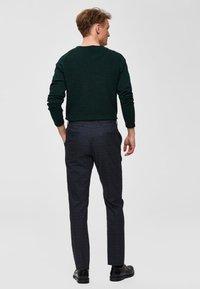 Selected Homme - SLHBAKES CREW NECK - Trui - dark green - 2