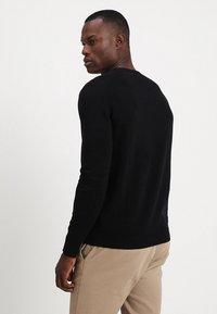 Selected Homme - SLHTOWER VNECK - Stickad tröja - black - 2