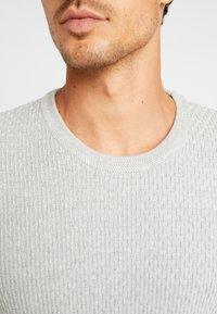 Selected Homme - SLHOLIVER  - Stickad tröja - light grey melange - 4